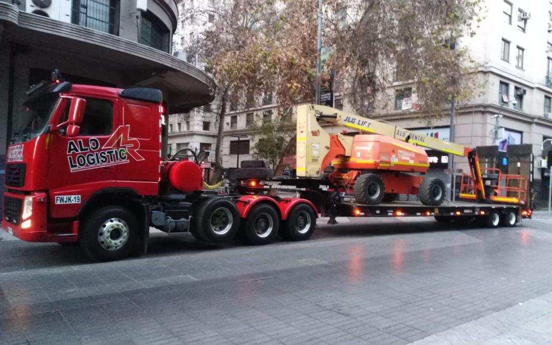 ALO Logistic traslada Brazos Articulados JLG 800 AJ para limpieza de edificios en Santiago